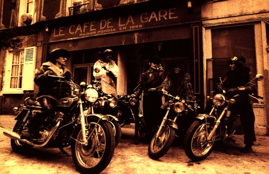 Devant le café de la Gare